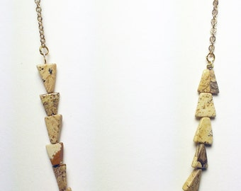 Chain necklace with triangle beads and green agate