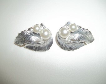 Sarah Coventry 'Silvery Splendor- Vintage 1966 Clip On Earrings Brushed Silver Tone Leaves With White Faux Pearls
