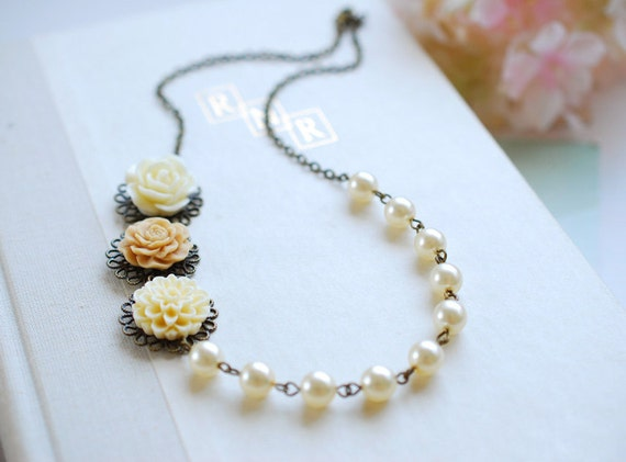 Latte Ivory Flowers Cream Pearls Necklace. Bridal Cream Ivory Pearls Necklace. Vintage Inspired Wedding Necklace. Flower and Pearls Necklace
