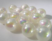 10 Vintage 18mm Opalescent Ivory Lucite Beads Bd895