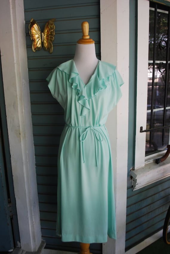 Vintage mint colored ruffled polyester dress. size M/L