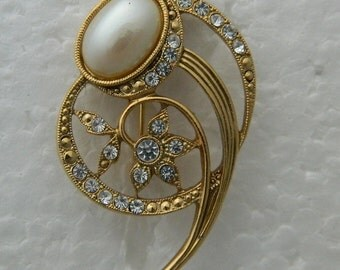 Comet Pin Elegant Pearl Cabochon Rhinestones in Gold-tone Brooch Vintage 80s 90s Wedding Formal