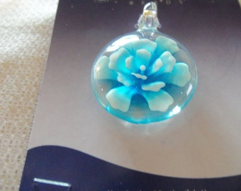 Pendant, lampworked glass, multicolored, 30mm round with flower design