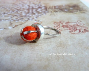 Funny ring in fine silver with wool