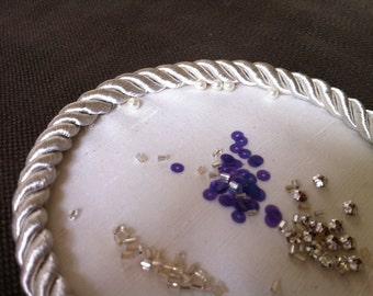 Plate, suitable for working with beads, sequins and pearls