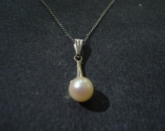 Traditional One Pearl Pendant Necklace White Gold
