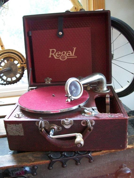 Antique Regal Hand Crank Portable Phonograph Or Gramophone