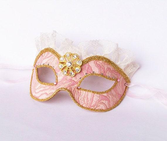 foto de Items similar to Brocade Covered Pink & Gold Masquerade