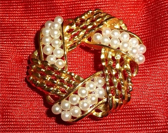 Vintage 1960's Lisner Pearl Wreath Brooch Pin Gold Tone With 33 Faux Pearls - Free Shipping