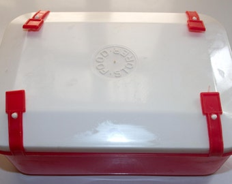 Plastic lunchbox with clips