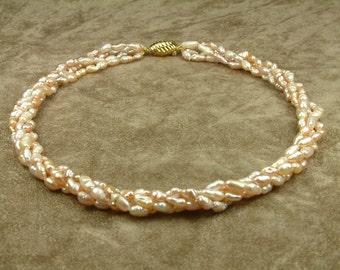 Twisted Pink Pearl Necklace (Στριφτό Κολιέ με Ροζ Μαργαριτάρια)