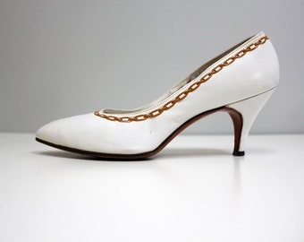 SALE vintage 60s white sailor pumps / ivory leather, high heels, gold chain, nautical style, leather, embroidered weave, pointed toe