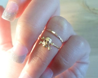 Skull ring, Skull and Crossbones Ring, knuckle ring, midi ring, gold ring, gold stacking ring, Halloween Ring, Halloween jewelry, gold skull