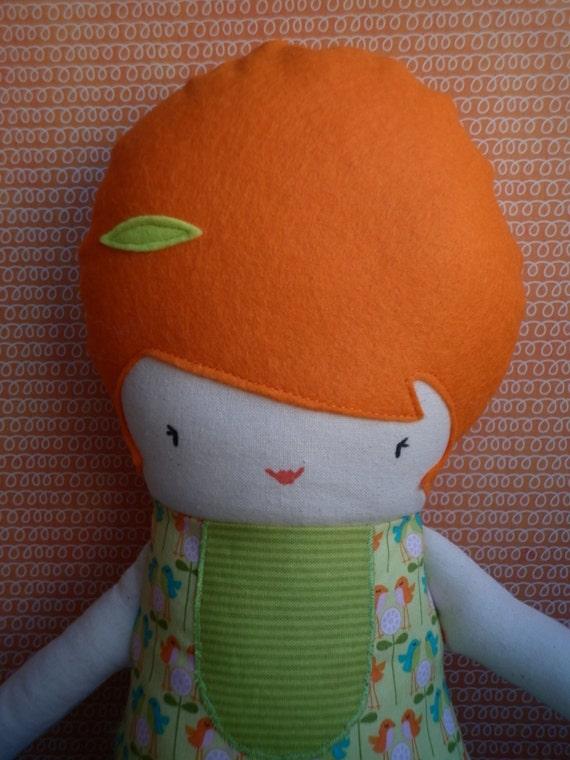 Muñeca con vestido verde y pelo naranja