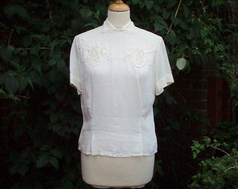 Vintage blouse from 1940s in rayon with classic detailing to front.