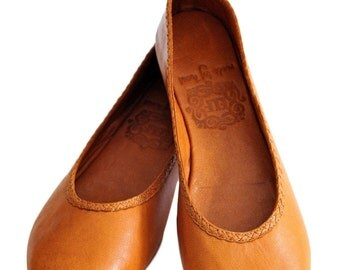 AISÉ. Ballet flats / leather shoes / womens shoes / custom shoes / tan leather. Sizes: US 4-13. Available in different leather colors.