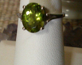 14kt white gold and peridot ring