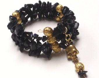 Gold black bead memory wire bracelet with skull charm - Halloween