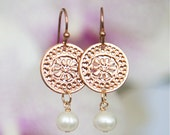Rose Gold Circular earrings with Pearls, Short earrings, Pearl earrings, Modern jewelry, Dangly earrings, Flower design, Rose Gold earrings