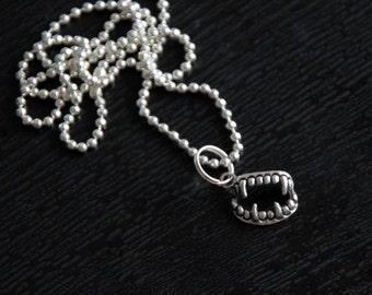 Collier morsure : vampire horreur fantastique crocs