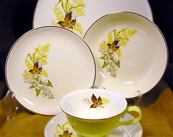 TST Leaf o' Gold 1950s 5-piece place setting in pale chartreuse with dinner plate, B&B plate, salad bowl, cup and saucer: Falling for Fall
