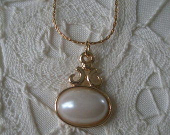 Vintage Gold Tone Oval Pearl Setting Pendant Necklace