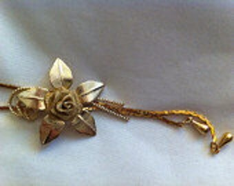 Gold toned floral pendant necklace