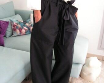 Black  pants, a wide belt knot. 6413
