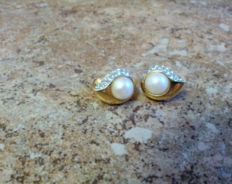 Classy and beautiful clip on earrings in gold tone metal, faux pears and shiny rhinestones