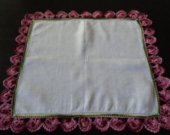 1940s Vntg CROCHET BORDER Linen HANKIE . Handkerchief . Hanky