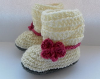 Baby booties with bow, cream with pink bow detail. Crochet baby shoes
