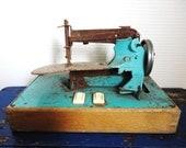 articles similaires jouet ancien machine coudre enfant 1950 sur etsy. Black Bedroom Furniture Sets. Home Design Ideas
