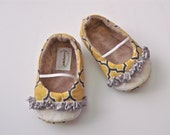 KOLLINS baby girl shoes.  Gray and yellow print with gray ribbon ruffle
