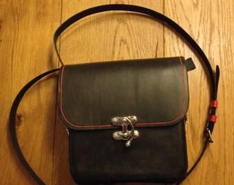 Handgemaakte zwart/rode schoudertas.
