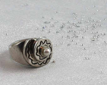 Large cocktail silver ring with natural south sea pearl. SIZE: 6 3/4