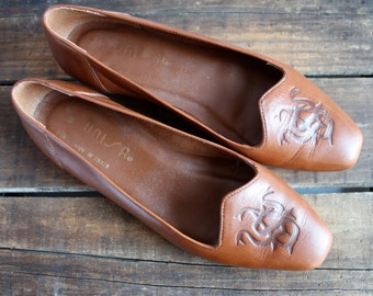 vintage 90s flats 8 / chestnut dragon flats / brown leather flats / embossed leather loafers