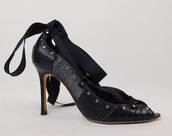 Vintage Stunning GIANNI VERSACE RUNWAY Ribbon Tie Metal Grommet Stilleto Leather Heels Size 37.5   7.5