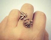 Bee and rose ring, flower ring, bee ring, rose accessories, bee jewelry, spring fashion, vintage style - alapopjewelry