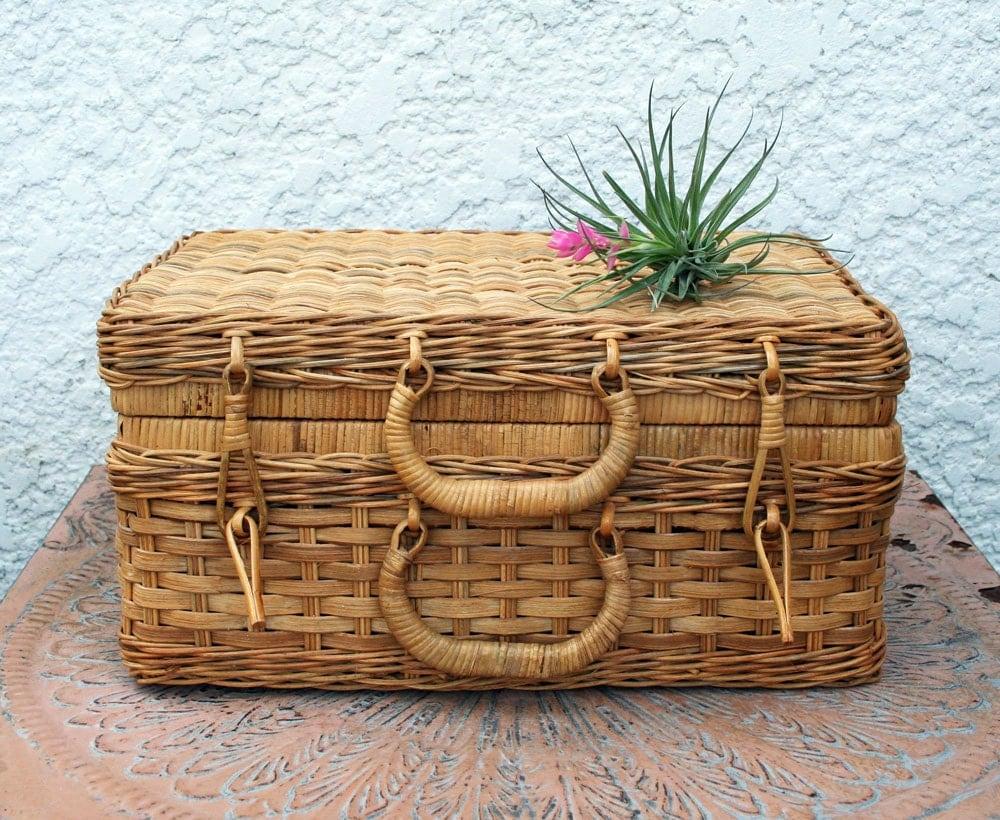 wicker storage basket with hinged lid diamond chevron design. Black Bedroom Furniture Sets. Home Design Ideas