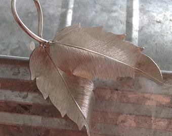 Delicate Krementz feathery leaf motif silver color retro pin brooch 1970s