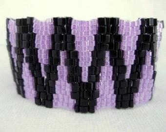 Beaded Bracelet /  Peyote Bracelet / Triangle Beads Bracelet /  Seed Bead Bracelet in  Black and Violet / Geometric Bracelet