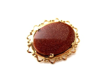 Gorgeous Unsigned Oval Shaped Gold Tone Metal Genuine Goldstone Cabochon Brooch