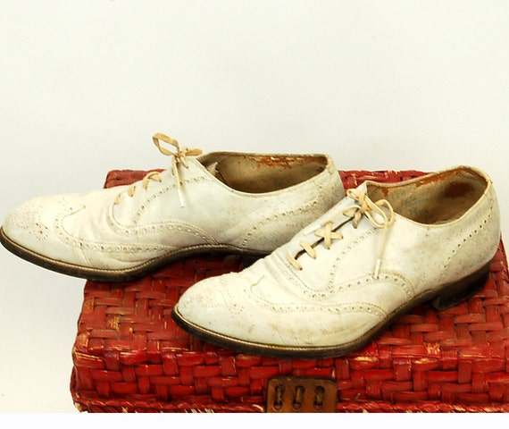 1940s mens shoes, white oxford shoes, wing tips, lace up shoes, Size 9