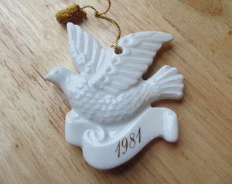 VINTAGE - 1981 Avon Christmas Remembrance Ceramic Dove Ornament - Collectibles