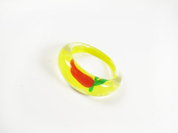 Vintage Yellow Ring with Red Pepper, Hand Painted / Yellow Acrylic Ring / Size 8.5 Plastic Ring - Bague Jaune.