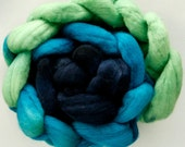 Hand dyed combed NZ Merino wool for felting and spinning - 100gr graduate dyed - Wavy Navy