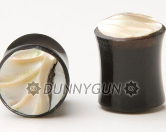 0G Pair Carved Scalloped Mother of Pearl Horn Gauged Plugs Organic Hand Carved Body Piercing Earrings Jewelry 0 Gauge