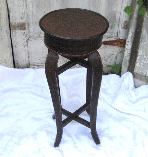 leather round table small table accent table pedestal. Black Bedroom Furniture Sets. Home Design Ideas