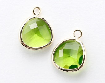1040181 / Olivine / 16k Gold Plated Brass Framed Glass Pendant 13.2mm x 16.7mm / 1.4g / 2pcs
