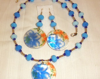 Shell Flower Disc and Gold Necklace Set